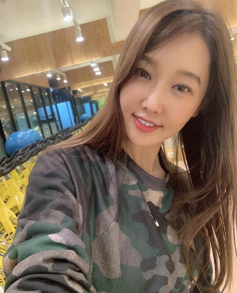 Meet 51-year-old lady, Lee Su Jin who looks half her age (PHOTOS)
